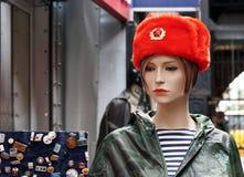 在纪念品红色俄国军用盖帽的母时装模特 免版税库存图片