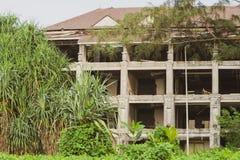 在绿叶中的被放弃的旅馆 免版税图库摄影