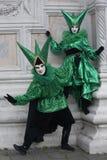 在绿色和黑的两套威尼斯狂欢节服装与在2月的威尼斯狂欢节意大利的威尼斯面具 免版税库存照片