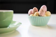 在绿色碗的甜糖果复活节彩蛋 免版税库存照片