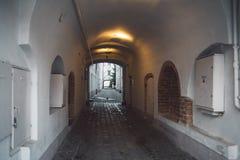 在维尔纽斯老镇街道上的看法 免版税图库摄影