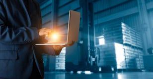 在网上使用膝上型计算机检查顺序的商人经理 免版税库存照片