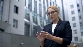 在网上发短信在智能手机,断裂的预定的午餐的女商人,应用程序 库存图片