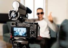 在网上关闭照相机屏幕一年轻人博客作者influencer的录音录影他的博克的 免版税库存图片