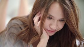 在网上挥动在视频通话的嬉戏的妇女 做鬼脸妇女的画象  影视素材