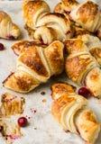 在羊皮纸,顶视图的新近地被烘烤的新月形面包 早餐咖啡时间 背景中断咖啡新月形面包杯子甜点 brunching 法国午餐 库存照片