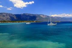 在美好的蓝色海、旅行、休闲和假期概念的白色游艇 爱琴海、土耳其、博德鲁姆和马尔马里斯港 免版税库存照片