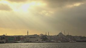 在的全景sunlights向老部分城市伊斯坦布尔,日落的土耳其美丽如画的银行  慢动作,充分的HD 股票录像