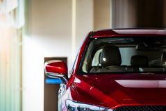在现代陈列室里停放的新的红色豪华SUV小型客车待售 售车行办公室 汽车零售店 E 免版税图库摄影