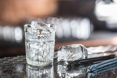 在玻璃的冰块在barcounter在夜总会或餐馆 库存照片