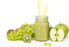 在玻璃瓶子的绿色健康圆滑的人:猕猴桃、葡萄、梨、绿色苹果计算机、石灰和鲕梨 素食主义者,素食食物概念 图库摄影