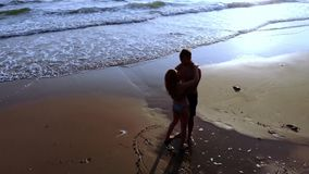 在爱的夫妇在日落的海 顶视图 股票录像