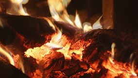 在炭烬的燃烧的firewoods在壁炉 股票视频