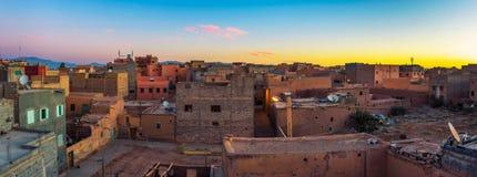在瓦尔扎扎特屋顶的日出在摩洛哥 免版税库存照片
