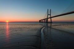 在瓦斯考de Gama Bridge的天际在日出期间的里斯本 蓬特瓦斯考de Gama,里斯本,葡萄牙 免版税库存图片