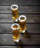 在盐一个小玻璃的龙舌兰酒  免版税库存图片
