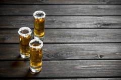 在盐一个小玻璃的龙舌兰酒  库存图片