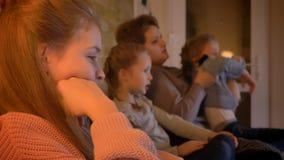 在白种人母亲和女儿电影外形的家庭画象在舒适家庭环境 股票录像
