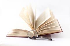 在白色和放大镜查出的书 3d背景概念查出被回报的白色 免版税库存照片