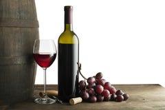 在白色和玻璃隔绝的红葡萄酒瓶 免版税库存照片