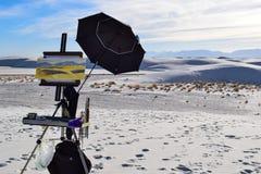 在白色沙子的绘画离开,新墨西哥,美国 免版税库存图片