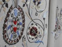 在白色纺织品的匈牙利刺绣技术 免版税库存图片
