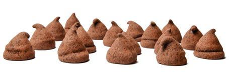 在白色被隔绝的背景的块菌状巧克力 接近的处所 免版税库存照片