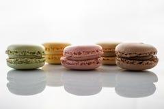 在白色背景的五颜六色的蛋白杏仁饼干 免版税图库摄影