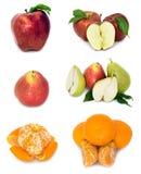 在白色背景的很多成熟和水多的果子 一起苹果和梨和普通话 免版税库存图片