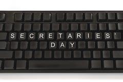 在白色背景的黑键盘 在按钮- Day秘书的题字 最小的概念 免版税库存图片