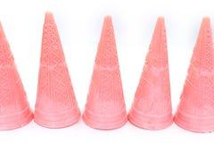 在白色背景隔绝的桃红色空的冰淇淋锥体 库存图片