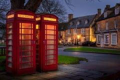 在百老汇,cotswolds,gloucestershire的红色电话亭 免版税图库摄影
