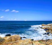 在累西腓海岛-伯南布哥,巴西上的花岗岩多岩石的海滩 库存图片