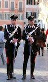 在街道上的两卫兵carabinieri在著名西班牙步附近在罗马 图库摄影
