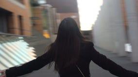 在街道上的愉快的妇女身分,伸查寻的手,启发概念 股票视频