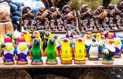 在街道商店的五颜六色的鸟口哨在秘鲁 图库摄影