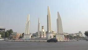 在街道Thanon Ratchadamnoen上的民主纪念碑 曼谷 股票视频
