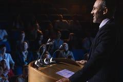 在观众席阶段的商人身分介绍的 图库摄影