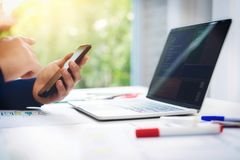 在计算机膝上型计算机的程序员运作的测试新的网络设计有手机的在办公室 编程的企业概念 免版税库存照片