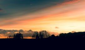 在谢菲尔德和乡下的明亮的日落 免版税库存照片