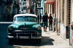在路停车场经典绿色在哈瓦那,古巴 免版税库存图片