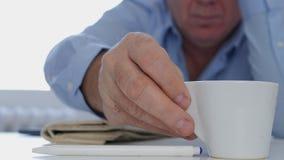 在运作的停留的轻松的商人喝一份新鲜和鲜美热的咖啡的 库存图片