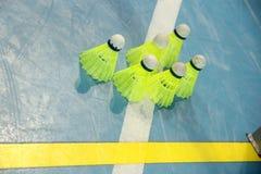 在运动场,特写镜头的地板上的六明亮的黄色装饰衣裙 图库摄影