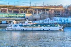 在莫斯科河的旅游船 库存图片