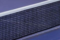 在蓝色乒乓球网球桌上的网 免版税库存照片