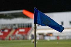 在蓝色的体育壁角旗子 库存照片