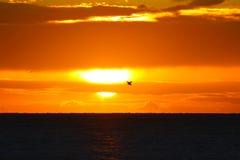 在蓝色盐水湖海滩的日落在Nacula海岛,Yasawa,斐济 免版税图库摄影