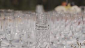 在自助餐桌上的空的香槟玻璃 股票录像