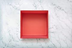 在自然大理石背景的开放红色礼物盒 在自然marbe纹理的纸板箱 免版税库存照片