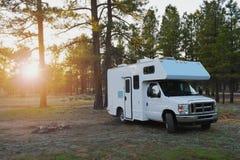 在自由露营地的露营车车wildernest的在日出内 免版税库存图片